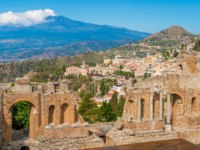 Италия. Сицилия. Таормина. Ruins of the Ancient Greek Theater in Taormina with the Etna volcano in the background. Province of Messina, Sicily. Фото e55evu-Deposit