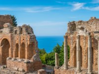 Италия. Сицилия. Таормина. Ruins of the Ancient Greek Theater in Taormina with the sea in the background. Province of Messina, Sicily, Italy. Фото e55evu-Deposit