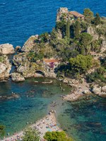 Италия. Сицилия. Таормина. Scenic view of the Isola Bella in Taormina, province of Messina, southern Italy. Фото e55evu - Depositphotos