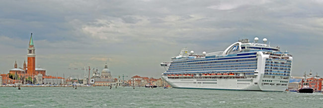 Клуб путешествий Павла Аксенова. Италия. Венеция. Huge cruise ship arrives at the port of Venice with tourists. Фото ChiccoDodiFC - Depositphotos