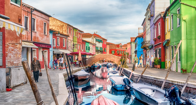Клуб путешествий Павла Аксенова. Италия. Венеция. О.Бурано. Colorful houses along the canal, island of Burano, Venice, Italy. Фото marcorubino - Depositphotos