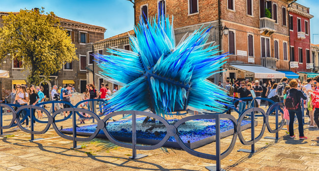 Клуб путешествий Павла Аксенова. Италия. Венеция. О.Мурано. Blue glass sculpture on the island of Murano, Venice, Italy. Фото marcorubino - Depositphotos