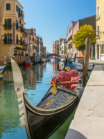 Клуб путешествий Павла Аксенова. Италия. Венеция. Parked gondola waiting for tourists at side canal in Venice, Italy. Фото mazzzur - Depositphotos_
