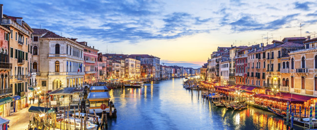 Клуб путешествий Павла Аксенова. Италия. Венеция. Гранд Канал. Panoramic view of famous Grand Canal at sunset, Venice. Фото vwalakte - Depositphotos