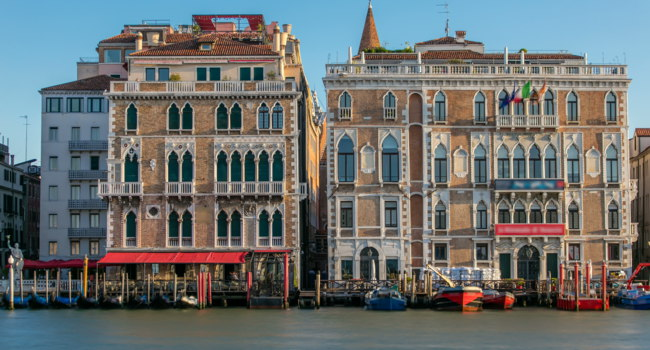 Клуб путешествий Павла Аксенова. Италия. Венеция. Гранд Канал. Palazzo Giustinian on the Grand Canal timelapse, Venice, Italy. Фото neiezhmakov - Depositphotos