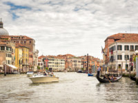 Клуб путешествий Павла Аксенова. Италия. Венеция. Гранд Канал. Boats and gondolas on Grand Canal in Venice, Italy. Фото scaliger - Depositphotos