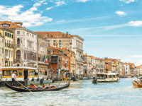 Клуб путешествий Павла Аксенова. Италия. Венеция. Гранд Канал. Sunny panorama of Grand Canal with tourist boats in Venice. Фото scaliger - Depositphotos