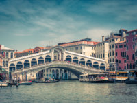 Клуб путешествий Павла Аксенова. Италия. Венеция. Гранд Канал. Rialto Bridge over the Grand Canal in Venice. Фото scaliger - Depositphotos
