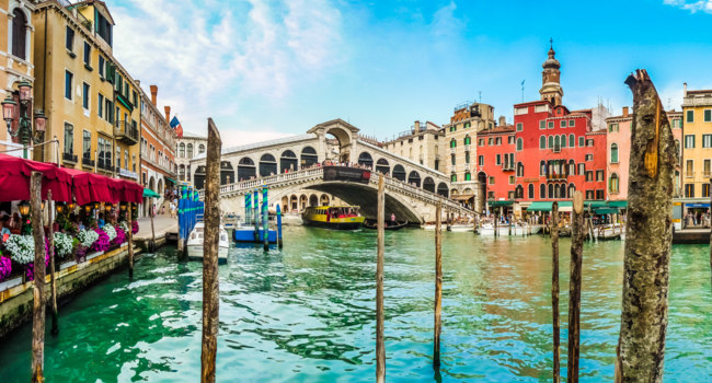 Клуб Павла Аксенова. Италия. Венеция. Гранд Канал. Famous Canal Grande with historic Rialto Bridge in Venice, Italy. Фото pandionhiatus3 - Depositphotos