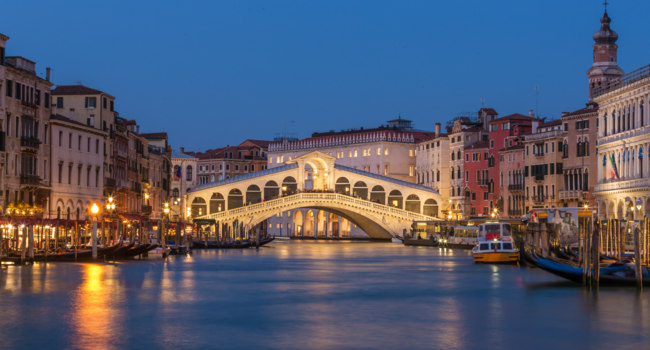 Клуб путешествий Павла Аксенова. Италия. Венеция. Гранд Канал. Rialto bridge and Grand Canal at night in Venice, Italy. Фото mazzzur - Depositphotos