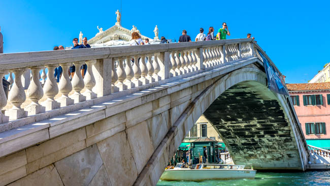 Клуб путешествий Павла Аксенова. Италия. Венеция. Гранд Канал. Ponte Degli Scalzi Bridge Grand Canal Tourists Venice Italy. Фото billperry - Depositphotos