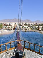 Клуб путешествий Павла Аксенова. Иордания. Акаба. Jordan, sailing ship enter marina in Tala Bay on Red Sea. Фото fotofritz - Depositphotos