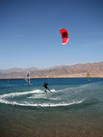 Клуб путешествий Павла Аксенова. Иордания. Акаба. Kitesurfer in the Gulf of Aqaba. Фото Vladimir Komarov - Depositphotos