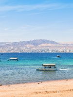 Клуб путешествий Павла Аксенова. Иордания. Акаба. Aqaba gulf and view on Israel town Eilat. Фото Valery Voennyy - Depositphotos