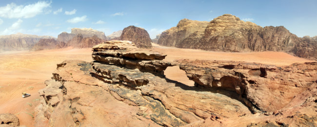 Иордания. Пустыня Вади Рам. Natural rock bridge and view of Wadi Rum desert, Jordan. Фото Николай Винокуров - Depositphotos
