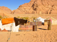 Иордания. Пустыня Вади Рам. Berber tents in the Wadi Rum desert (Jordan). Фото naticastillog - Depositphotos