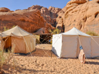 Иордания. Пустыня Вади Рам. Berber tent in the Wadi Rum desert (Jordan). Фото naticastillog - Depositphotos
