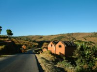 Мадагаскар. Typical adobe village on yhe national highway 7 near Antananarivo, Madagascar. Фото pierivb - Depositphotos