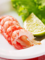 Мальдивы. Anantara Dhigu Resort & Spa. Shrimp with garnish, shallow depth of field. Фото haveseen - Depositphotos