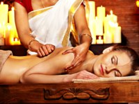 Аюрведа Spa. Woman having Ayurvedic spa treatment. Фото poznyakov - Depositphotos