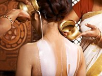 Аюрведа Spa. Woman having Ayurvedic milk spa treatment. Фото poznyakov - Depositphotos