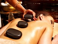 Аюрведа Spa. Woman having Ayurvedic stone massage. Фото poznyakov - Depositphotos
