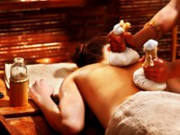 Аюрведа Spa. Woman having massage with pouch. Фото poznyakov - Depositphotos