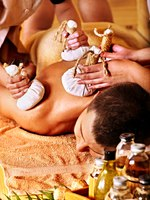 Аюрведа Spa. Man getting herbal ball massage treatments. Фото poznyakov - Depositphotos