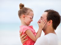 Мальдивы. Four Seasons Resort Maldives at Landaa Giraavaru. Father and daughter portrait. shalamov - Depositphotos