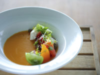 Мальдивы. Gili Lankanfushi Resort, Maldives. Общепит. Tasting of Heirloom Tomatoes with Gaspacho Jelly Buratta