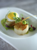 Мальдивы. Gili Lankanfushi Resort, Maldives. Общепит. Seared Hokkaido Scallop with Garden Peas, Smoked Bacon and Quail Eggs