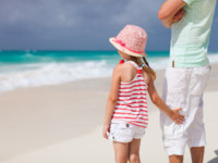 Мальдивы. Maldives. Father and daughter at beach. Фото shalamov - Depositphotos