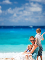 Мальдивы. Maldives. Mother and kids on vacation. Фото shalamov - Depositphotos