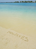 Мальдивы. Maldives word writings on tropical beach sand. Фото benis arapovic - Depositphotos