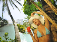 Мальдивы. Maldives. Beautiful woman drinking cocktail. Фото nejron - Depositphotos