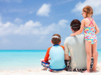 Мальдивы. Maldives. Father with kids at beach. Фото shalamov - Depositphotos