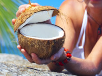 Мальдивы. Maldives. View of a woman opening big coconut in tropical environment Ajnj ersler - Depositphotos