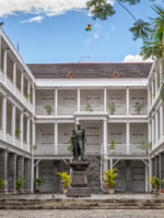 Маврикий. Порт-Луи. Statue of Sir William Stevenson, Governor of Mauritius, Government House in Port Louis, Mauritius. Фото vale_t - Depositphotos
