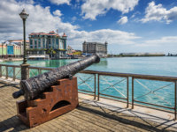 Клуб путешествий Павла Аксенова. Маврикий. Порт-Луи. Old cannon on the promenade at Caudan Waterfront, Port Louis, Mauritius. Фото PBphotos - Depositphotos