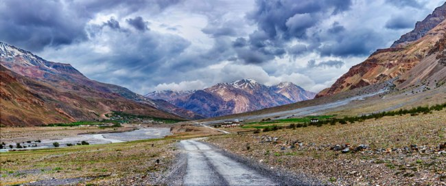 Индия. Гималаи. Panorama of road in Himalayas, Spiti valley, Himachal Pradesh, India. Фото DmitryRukhlenko - Depositphotos