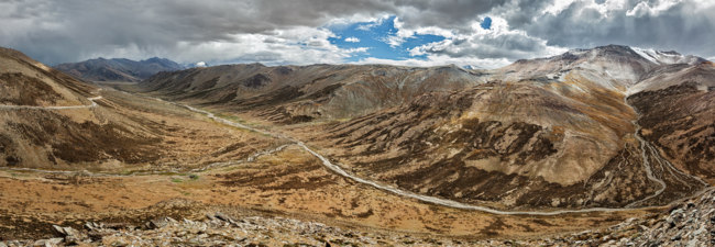 Panorama of landscape near Tanglang la Pass  - mountain pass in Himalayas along the Leh-Manali highway. Ladakh, Jammu and Kashmir, India. Фото DmitryRukhlenko - Depositphotos