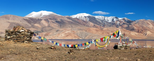 Клуб путешествий Павла Аксенова. Индия. Гималаи. Panoramic view of Tso Moriri Lake with prayer flags - Ladakh - Jammu and Kashmir - India. Фото prudek - Depositphotos