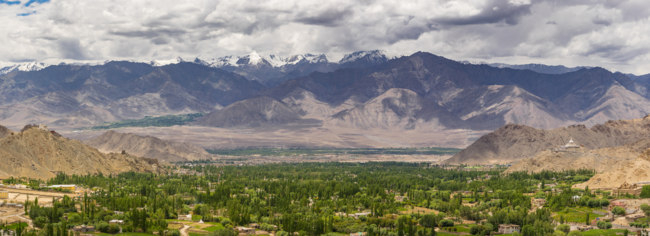Индия. Гималаи. Panoramic view of Leh city in summer, Ladakkh, Jammu Kashmir, India, Asia. Фото Skazzjy - Depositphotos