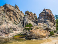 Северная Корея. Алмазные горы. Granit formations and small lake on the Mount Kumgang in Kangwon-do, North Korea. Фото Siempreverde - Depositphotos