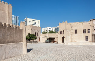 Клуб путешествий Павла Аксенова. ОАЭ. Эмират Аджман (Ajman). Historic fort at the Museum of Ajman. Фото philipus - Depositphotos