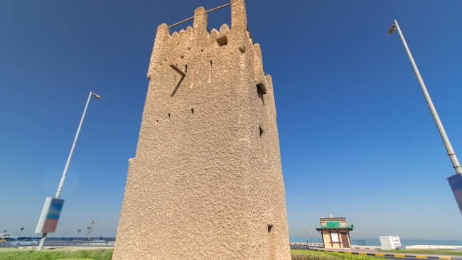 ОАЭ. Эмират Аджман (Ajman). Watch tower of Ajman timelapse hyperlapse with blue sky and traffic. UAE. Фото neiezhmakov - Depositphotos