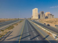 ОАЭ. Эмират Аджман (Ajman). Highway roads in desert with traffic timelapse in a big city from Ajman to Dubai. Фото neiezhmakov - Depositphotos