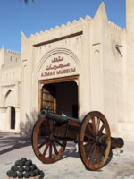 ОАЭ. Эмират Аджман (Ajman). Old cannon in front of the museum of Ajman, United Arab Emirates. Фото philipus - Depositphotos