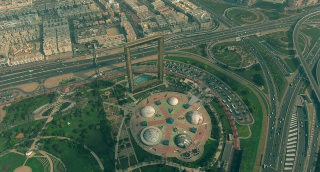 ОАЭ. Рамка Дубая в Забиль парке. Aerial view of the the Zabeel Park with Dubai Frame. Dubai. UAE. Фото alexeynovikov - Depositphotos