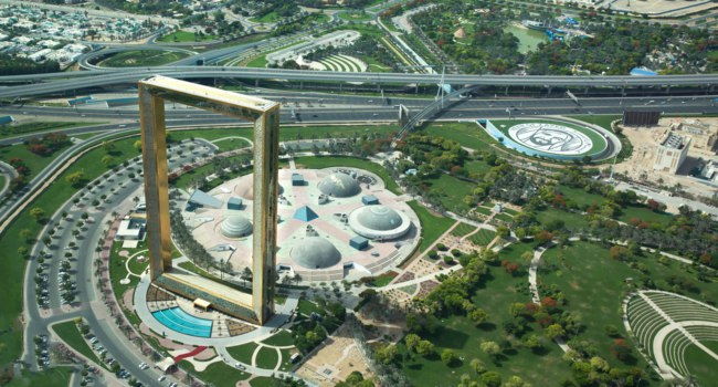 ОАЭ. Рамка Дубая. Aerial view of the Dubai Frame skyscraper and the Zabeel Park. Dubai. UAE. Фото kertu_ee - Depositphotos